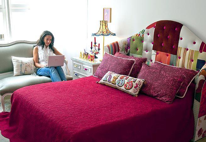 A sensação deste quarto de casal é a cabeceira de patchwork. Repare como o botonê de veludo pink dá vida à composição