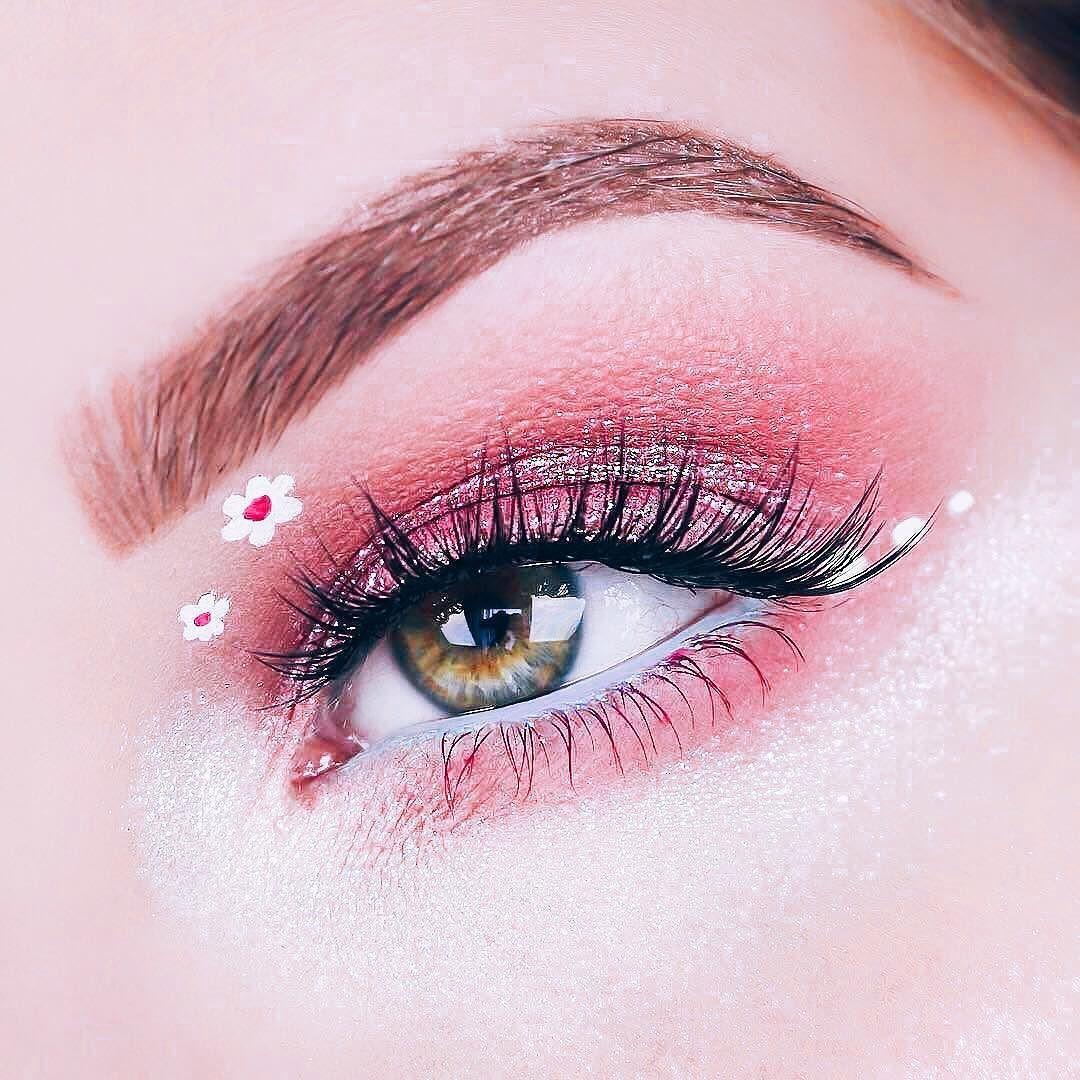 La temporada primaveral llegó a su fin sin embargo si eres amante de las flores No todo está perdido! Entre las tendencias de make up se posiciona un estilo floral y artístico para tus ojos. - Innovar es un arte y solo las atrevidas disfrutan los elogios Serias parte de esta tendencia?. - #tendencia #makeup #eyes