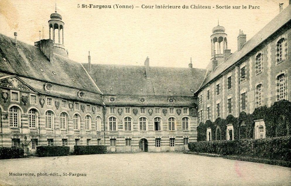 Saint-Fargeau - Le château - Saint-Fargeau: cour intérieure:  sortie sur le parc.