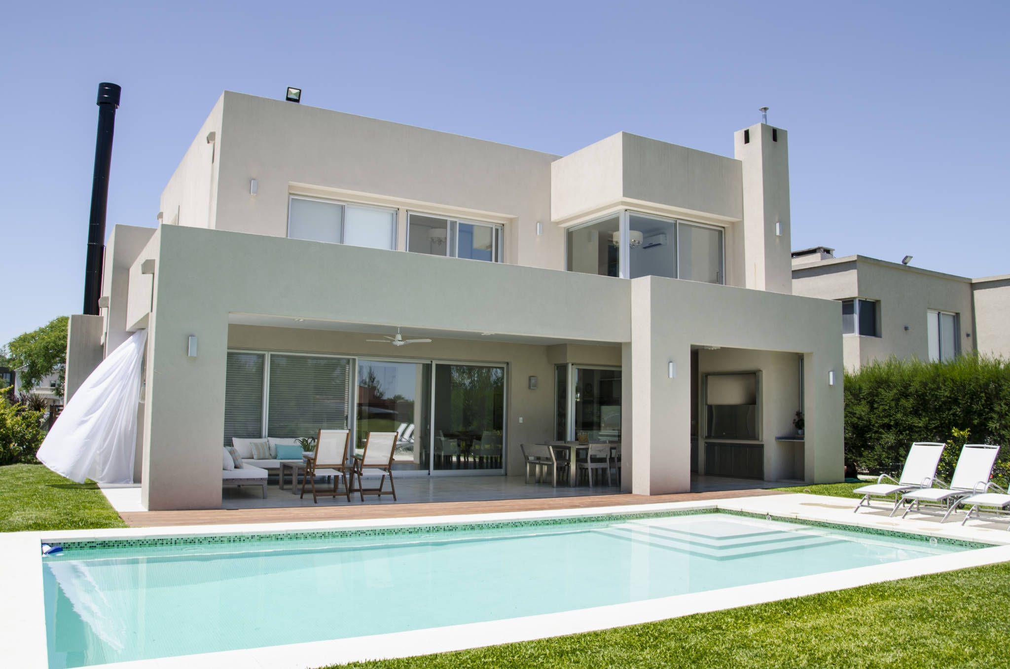 Fachada contrafrente casas de estilo por parrado for Fachadas de casas modernas con alberca