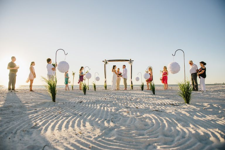 Einfache Intimate Beach Hochzeitszeremonie Portrait mit White ...