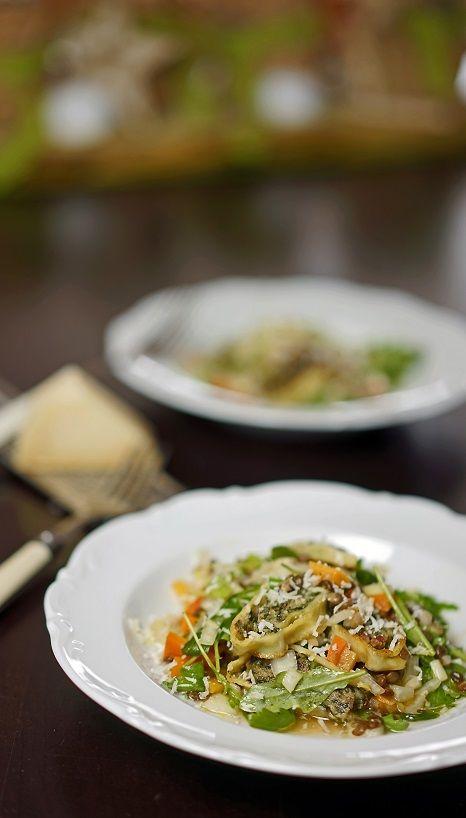 Maultaschen-Salat mit Linsen von der Schwäbischen Alb, Wurzelgemüse an einem Hagebutten-Dressing