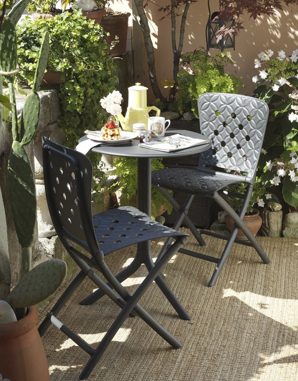 Tavolo Con Sedie Esterno.A Cup Of Tea Is An Excuse To Have A Good Time In Your Backyard