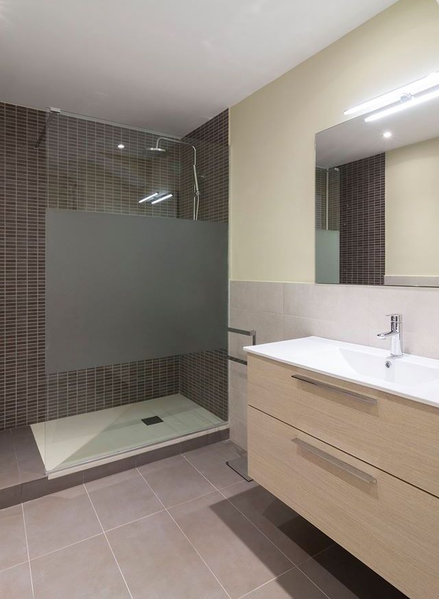 e8374af1437 Reformar  baño  plato de  ducha  Barcelona. TMS  reformes  Vilassar ...