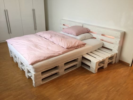 repurposed wood pallet furniture projects bett sehen und anleitungen. Black Bedroom Furniture Sets. Home Design Ideas