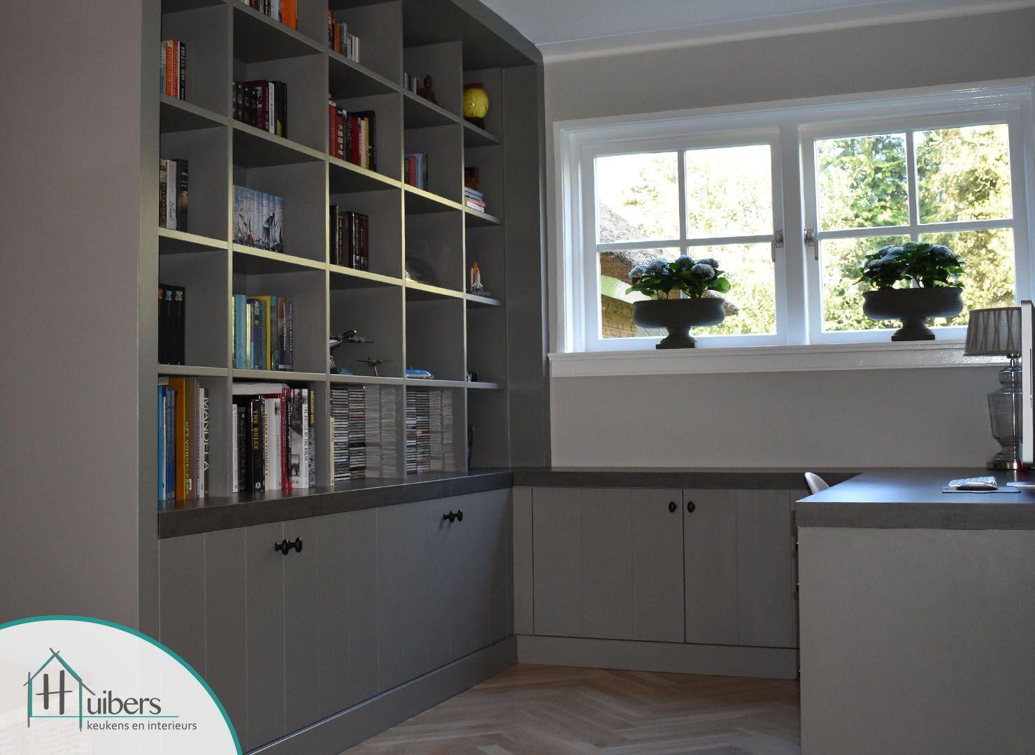 Prachtige maatwerk boekenkast met bureau de kleur grijs met een