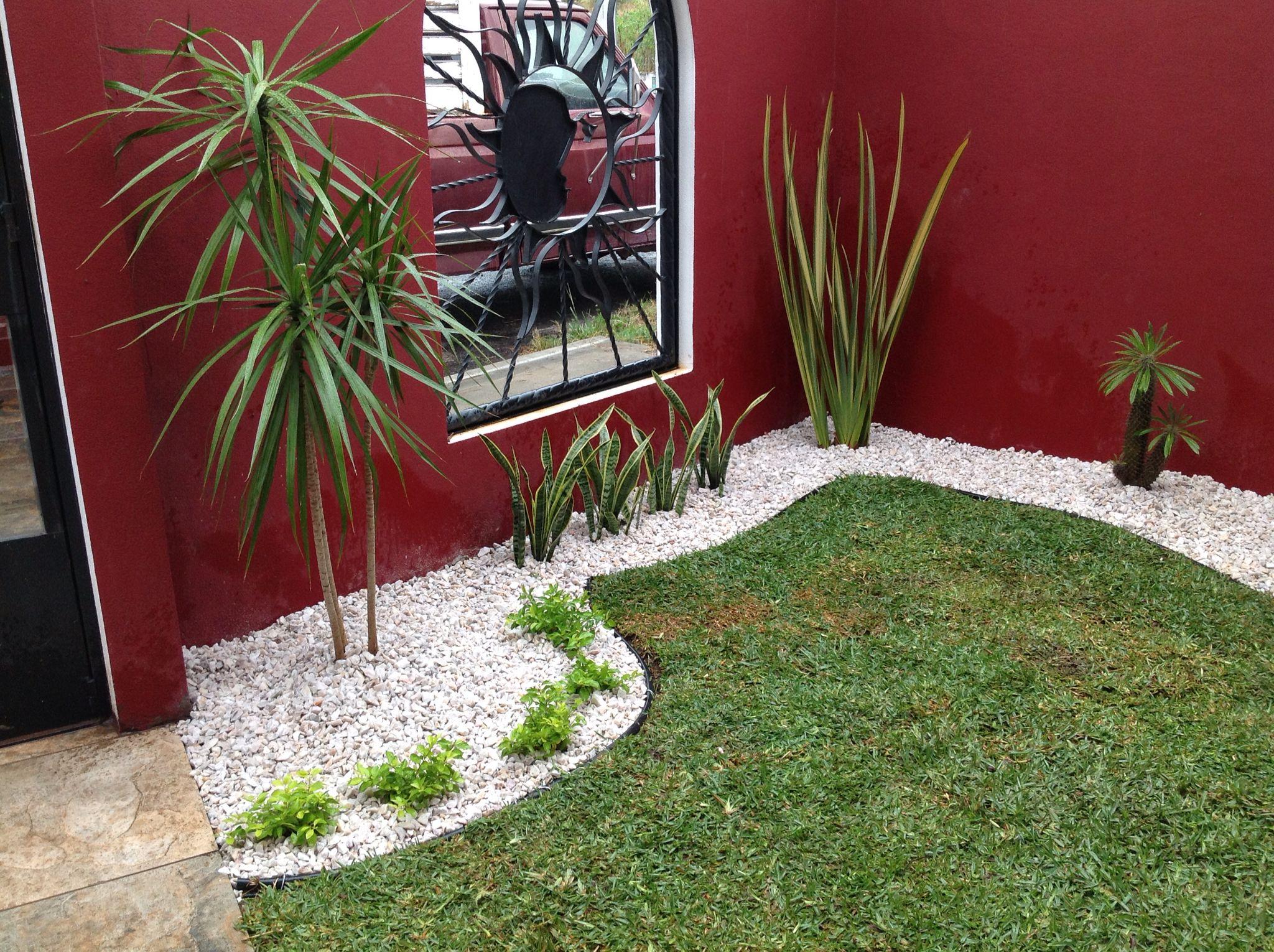 Piedra de m rmol con algo de pasto jard n pinterest for Piedras para patios exteriores