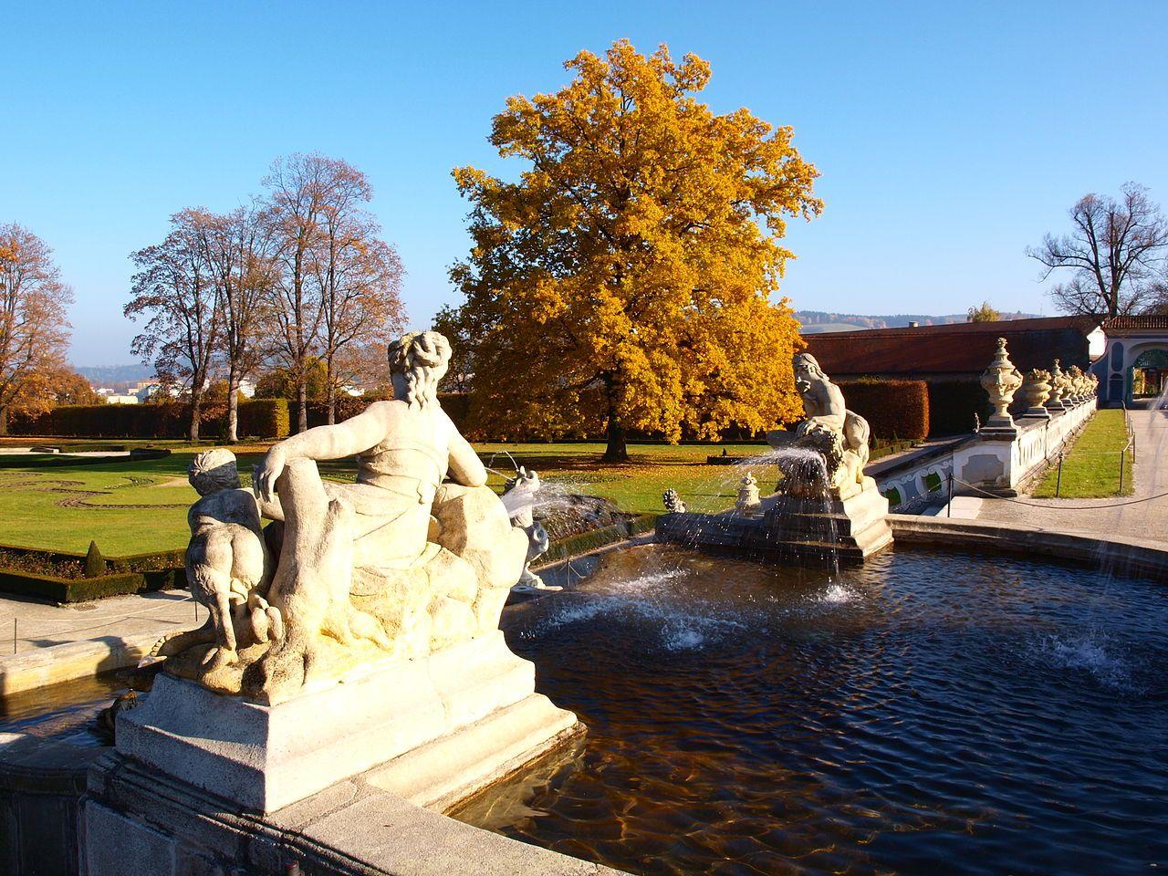 Podzimní zámecký park v Českém Krumlově zabíraný přes fontánu.jpg