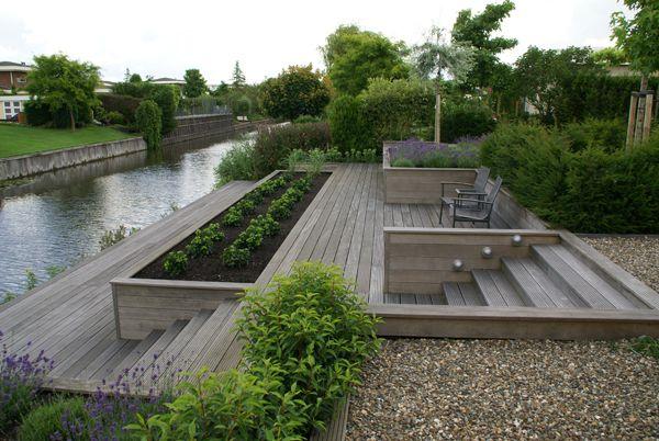 Tuin met grote vlonders en keerwanden aan het water