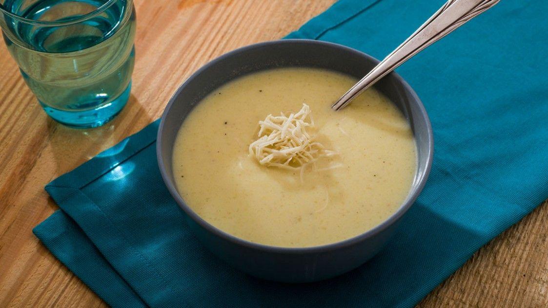 Wirsing-Suppe mit Parmesanhobel. Probier's mal mit Gemütlichkeit!