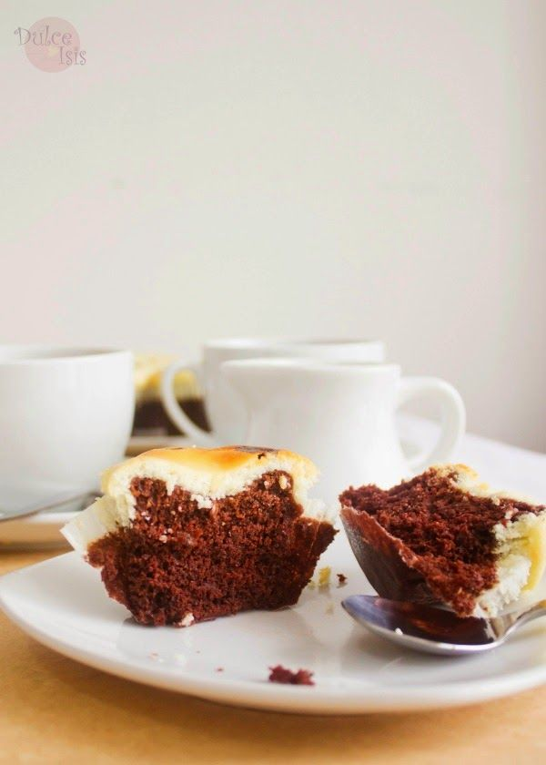 Dulce Isis: Cupcakes de Chocolate con Cobertura de Cheesecake