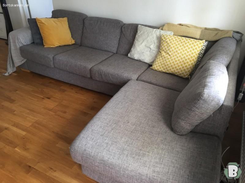 Grå soffa med divan bortskänkes mot avhämtning. Kattklöst på