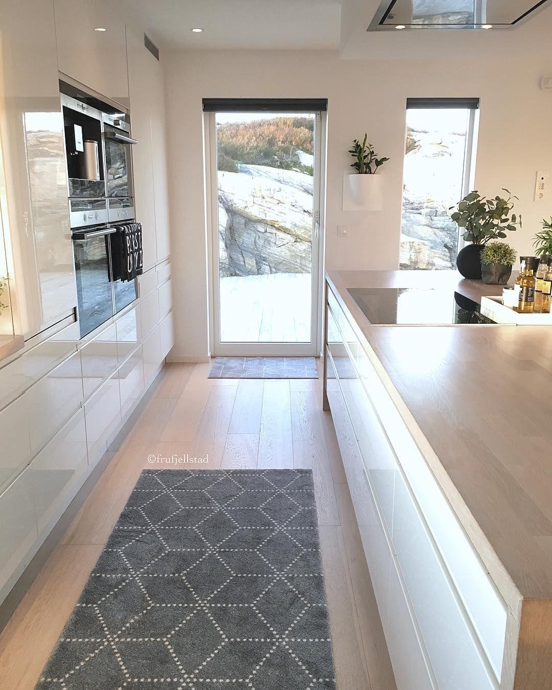 Haus außentor design als idee an der linken wand die hohen regale mittig das fenster