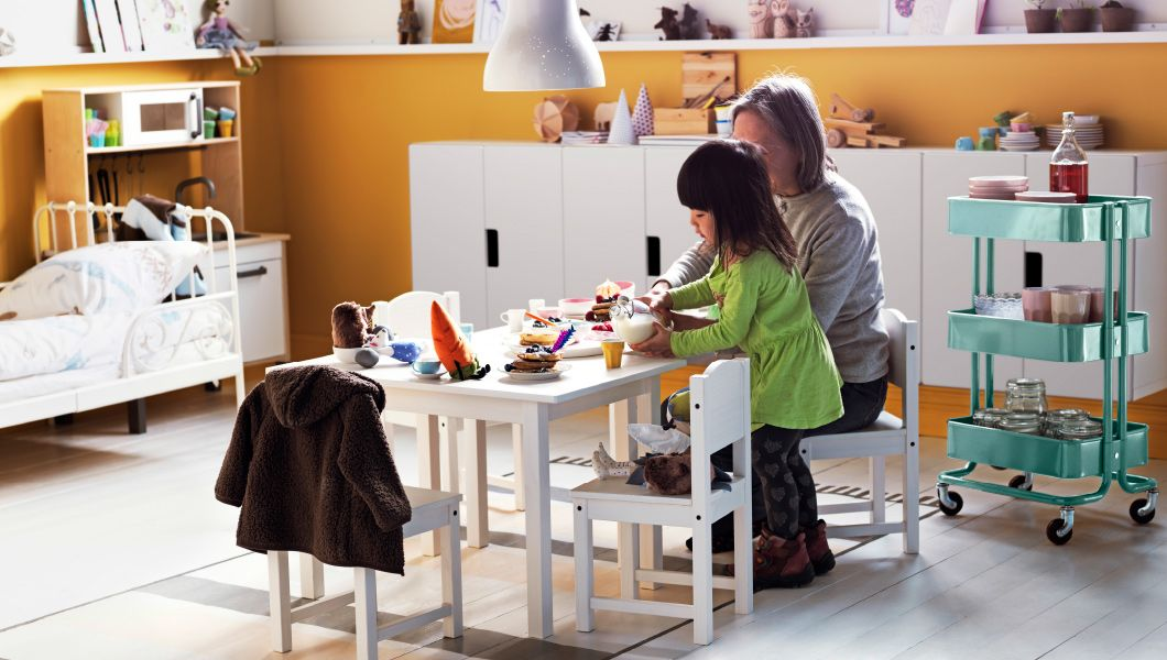 Großmutter Und Enkelin Essen Im Spielzimmer Eingerichtet