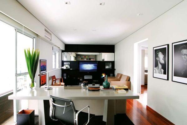 parede preta e televisão.