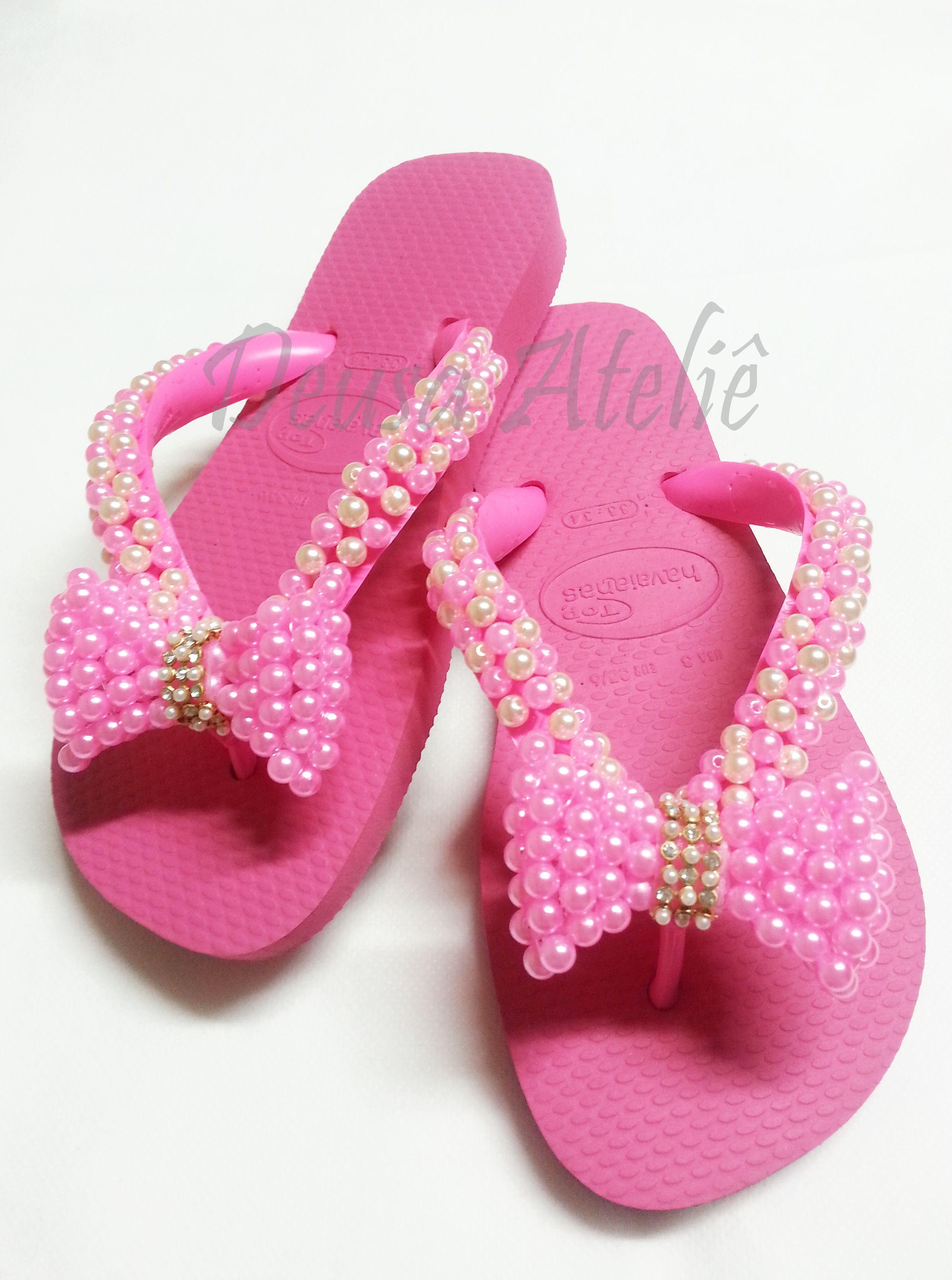 2937c3e746 Chinelo rosa bordado com pérolas rosas e brancas.
