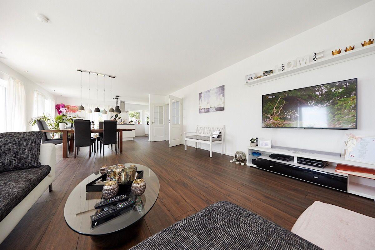Offener Wohn  Essbereich Mit TV Wand   Inneneinrichtung Einfamilienhaus  Modern Innen Mit Holzboden   Haus