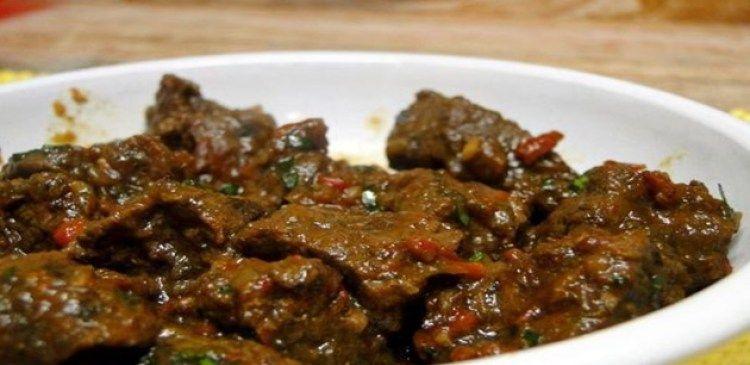 500g de carne bovina cortada em cubos  - 4 cebolas grandes  - 2 dentes de alho picado  - 2 tabletes de caldo de carne  - 3 colheres de azeite  - Cheiro verde a gosto