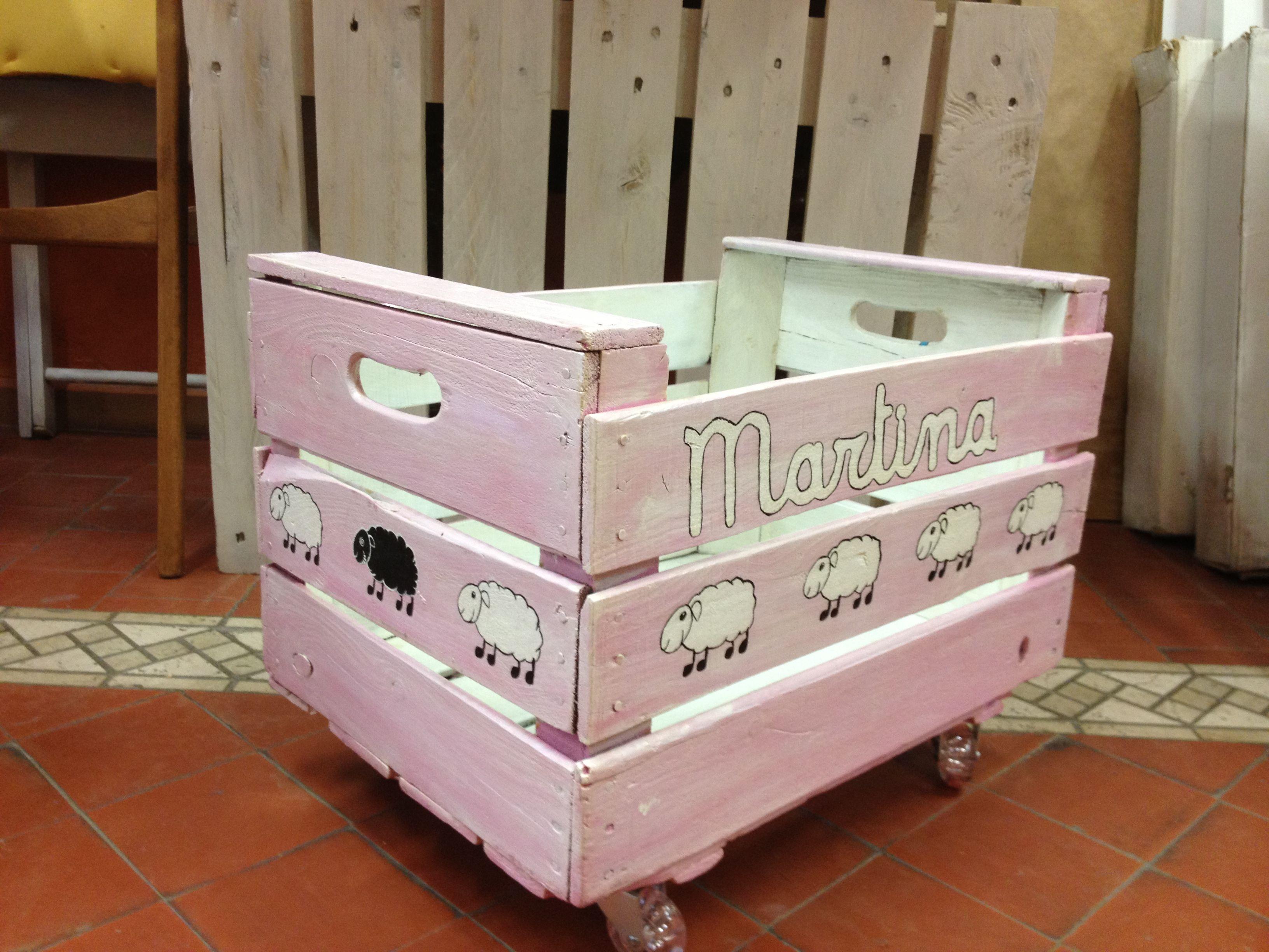 Caja de frutas reciclada y convertida en juguetero