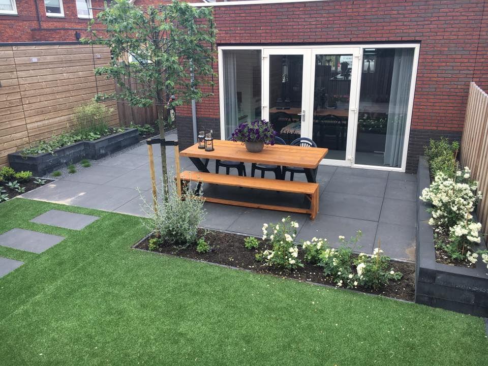Kindvriendelijke Tuin Ideeen : Kindvriendelijke tuin met kunstgras en grote tegels tuin in