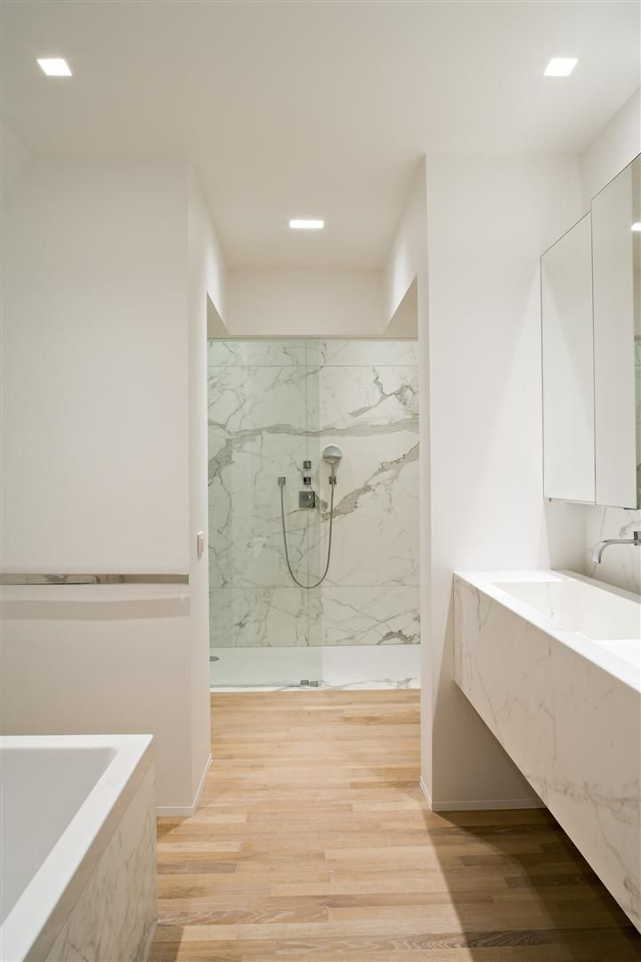 Bathroom with beautiful Calacatta marble by Belgian office