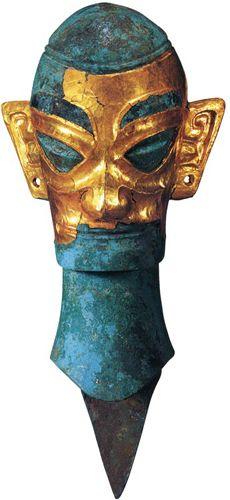 Testa di bronzo parzialmente rivestita di foglia d'oro. Si pensa che potesse far parte di una statua completa risalente alla Cina del XII sec a.C.