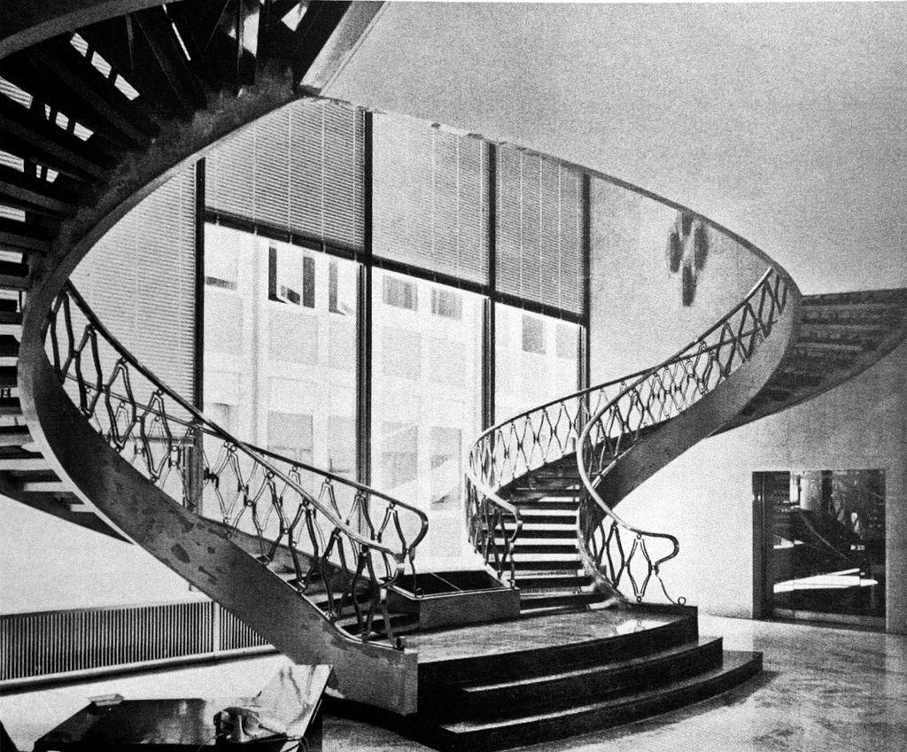 La storica scala del primo edificio      Lo Studio Boeri nel 2008 realizza la prima parte della nuova sede del Gruppo RCS (Rizzoli Corrier...