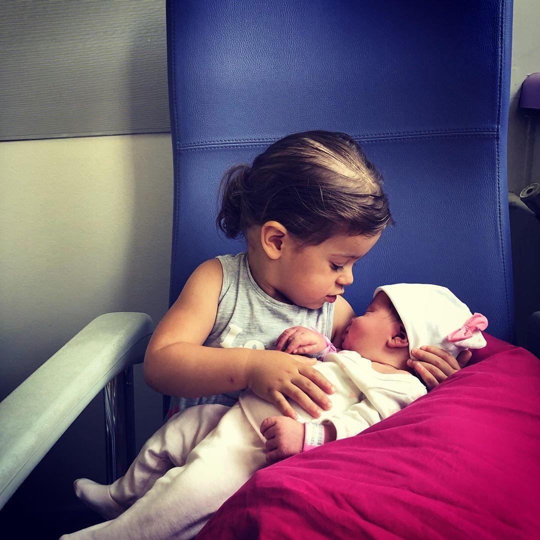 LA rencontre entre mes deux princessesun pure moment de bonheur et dj plein damour #sisters #babygir...