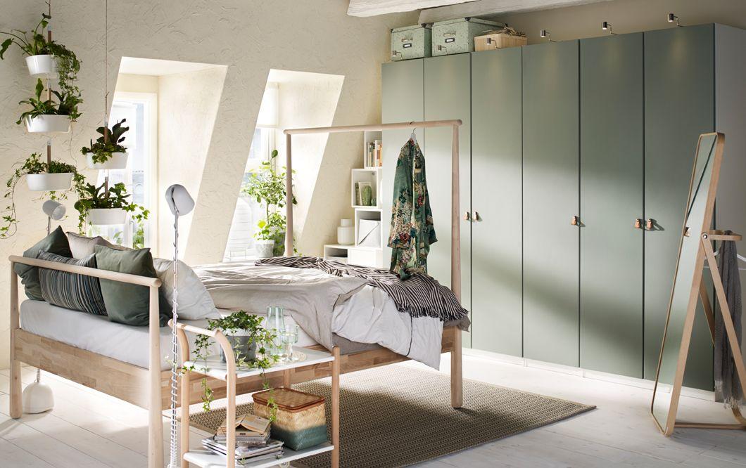Ein Schlafzimmer Mit Einem Großen PAX Kleiderschrank In Weiß Mit REINSVOLL  Türen In Graugrün