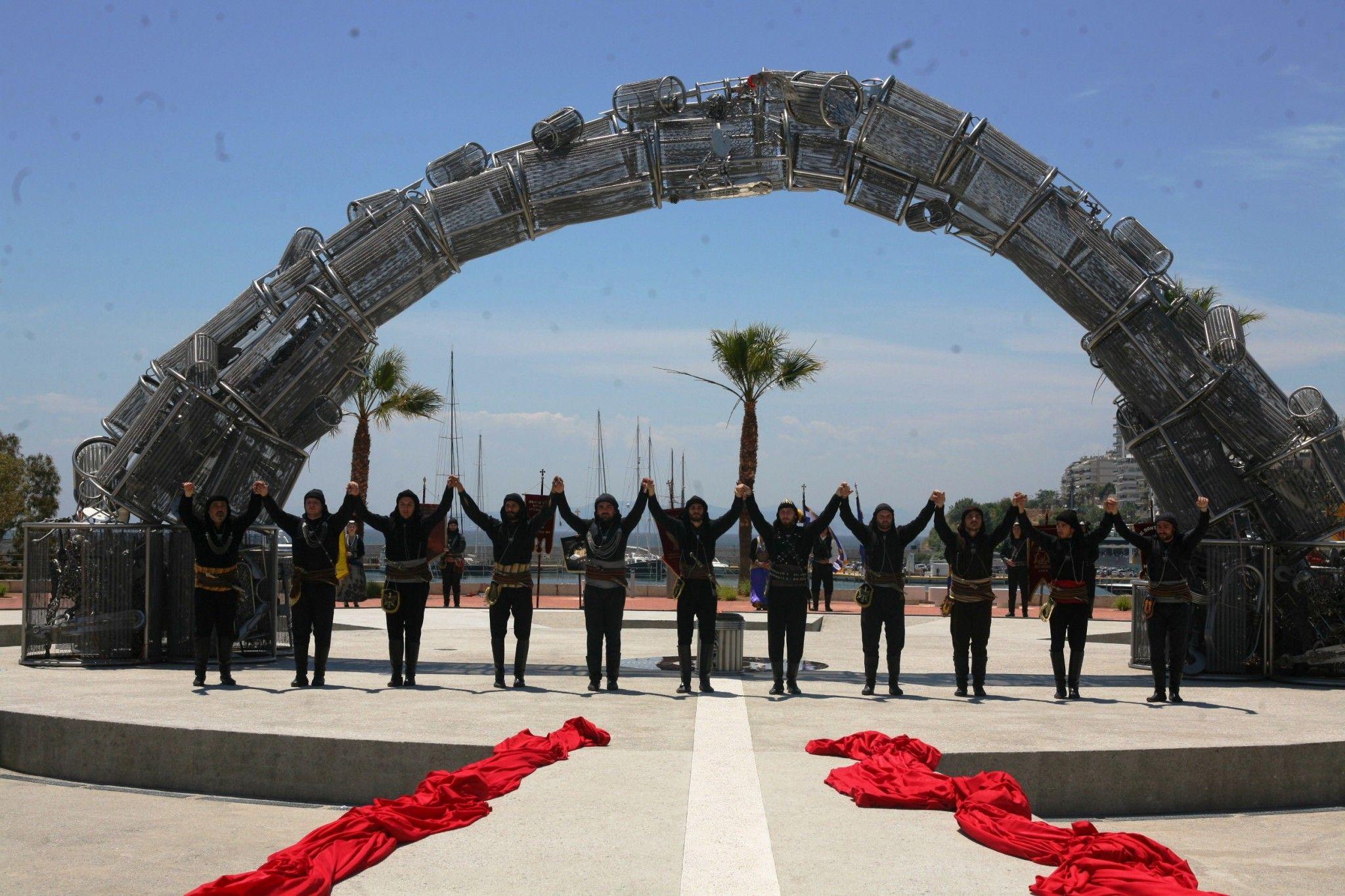 Έργο του Στ. Τανιμανίδη στην πλατεία Αλεξάνδρας – Δωρεά του Βαγγέλη Μαρινάκη |> Με επισημότητα και με την παρουσία εκπροσώπων της πολιτειακής, πολιτικής και στρατιωτικής ηγεσίας του τόπου, πραγματοποιήθηκε σήμερα η τελετή των αποκαλυπτηρίων του Μνημείου Γενοκτονίας των Ελλήνων του Πόντου «Πυρρίχιο Πέταγμα», στην πλατεία Αλεξάνδρας. Παράλληλα με την τελετή των αποκαλυπτηρίων του σπουδαίου, για ...