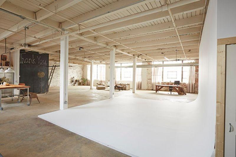 Fotomuterem Egy Regi Raktarbol Artkraft Loftdesign Studio Furniture Photography Studio Spaces Photography Studio Design