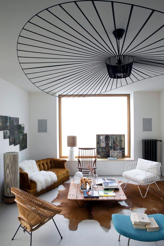 Meubles chinés et mobilier contemporain créent un salon design