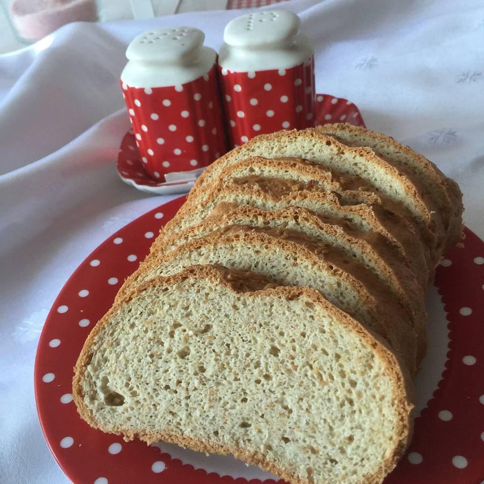 Paleo új kenyér     Holnap aug. 20, így Julika jóvoltából megérkezett az új különleges ünnepi kenyér (természetesen paleo) KÉRGES KÜLSEJŰ, FOSZLÓS BELSEJŰ PALEO KENYÉR   Élesztőmentes, gluténmentes, tejmentes, csökkentett szénhidráttartalmú, új kenyér recept: (Maglisztmentes változatban i