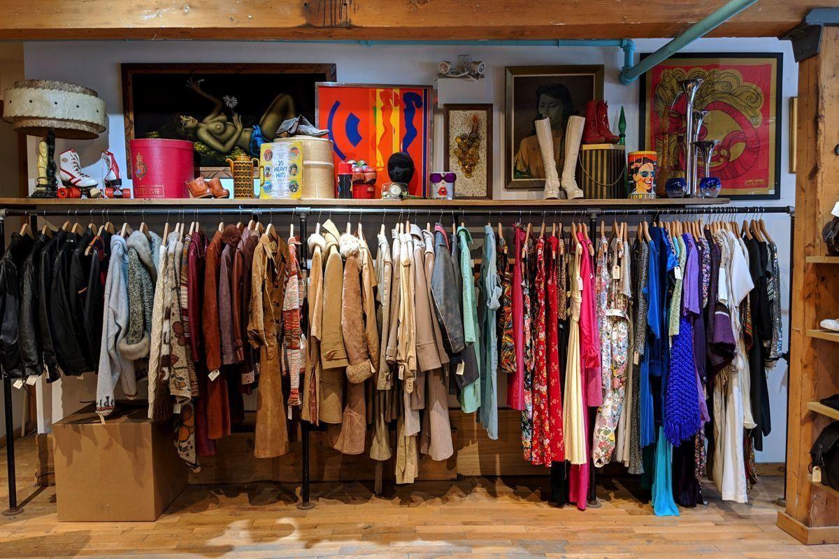 Torontos Beste Vintage Bekleidungsgeschafte In 2020 Vintage Clothing Stores Vintage Clothes Shop Vintage Clothing Display