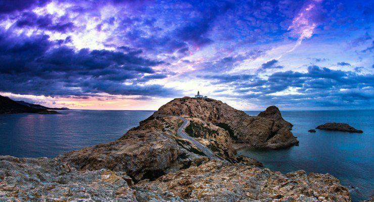 Selvaggia e frastagliata, l'ile de beautè è perfetta per l'escursionismo. Trekking Corsica: gli itinerari più belli e di lunga durata.