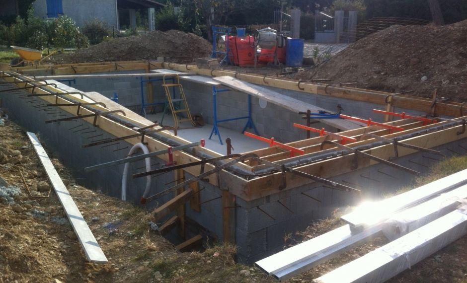 Construction du0027une petite piscine en béton équipée spa Scellement - Piscine A Construire Soi Meme