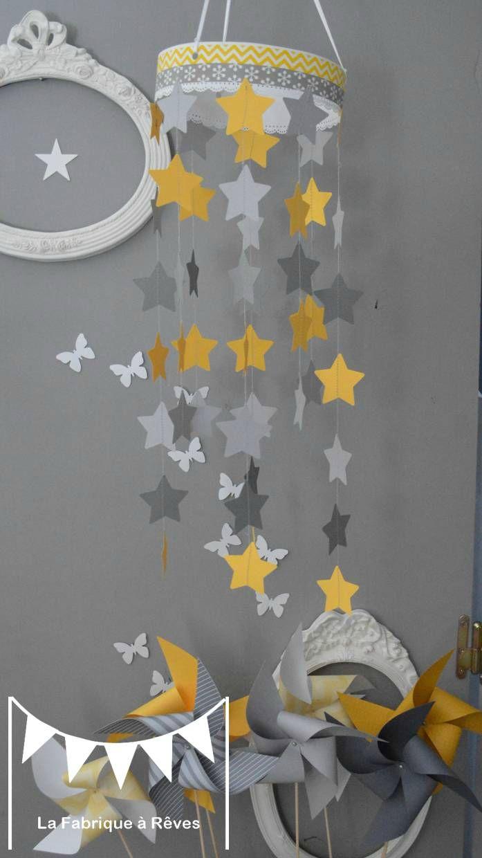 mobile étoiles blanc jaune gris décoration chambre enfant bébé