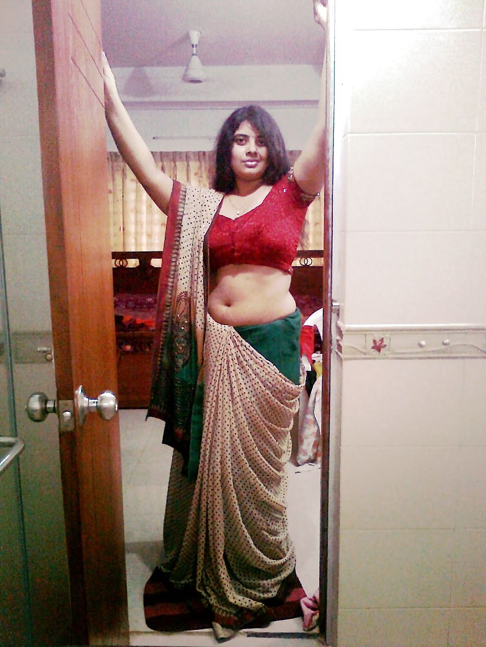wife xossip navel candid Desi one side