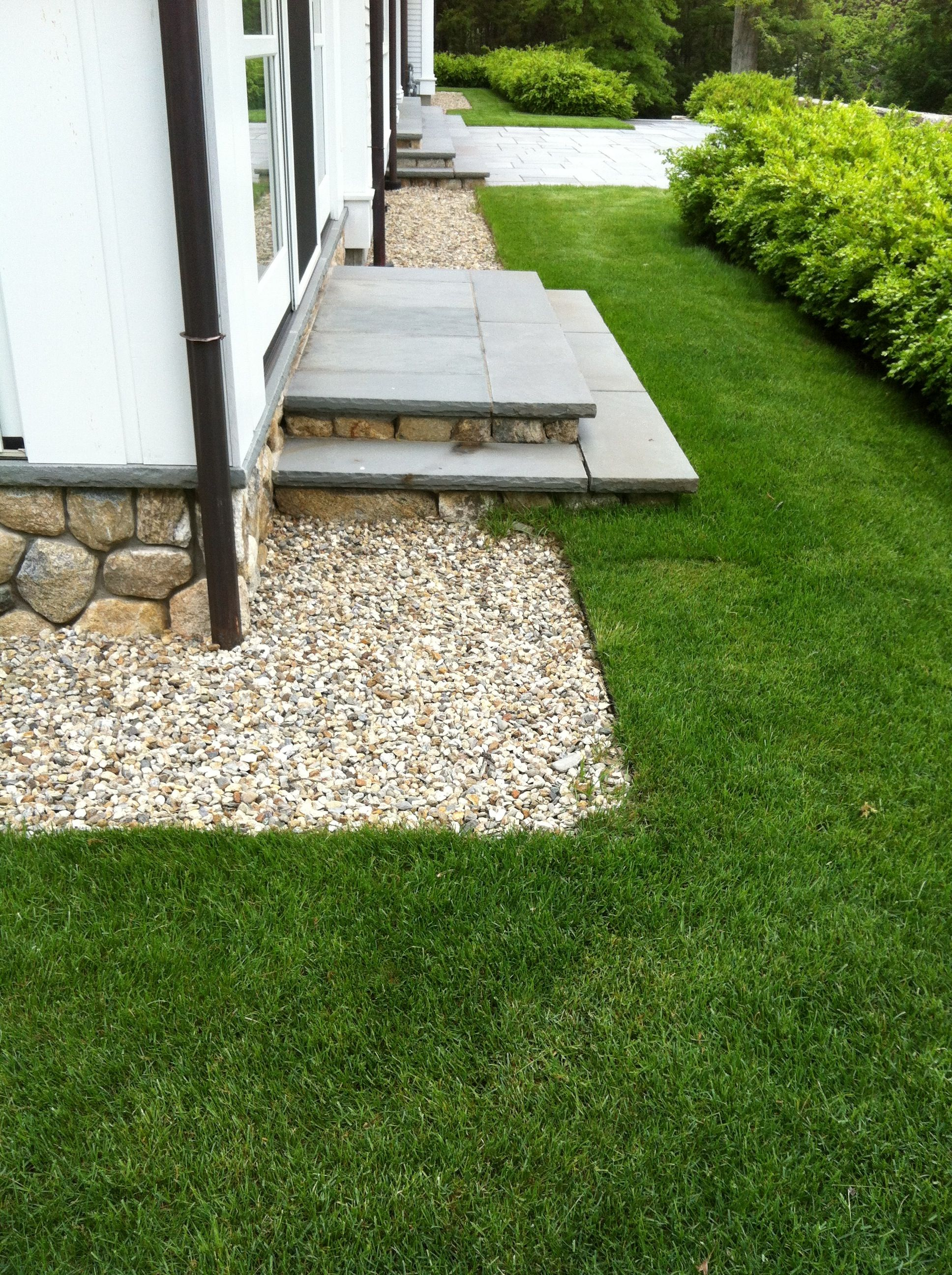Gravel drainage detail stone paving pinterest for Drainage around house