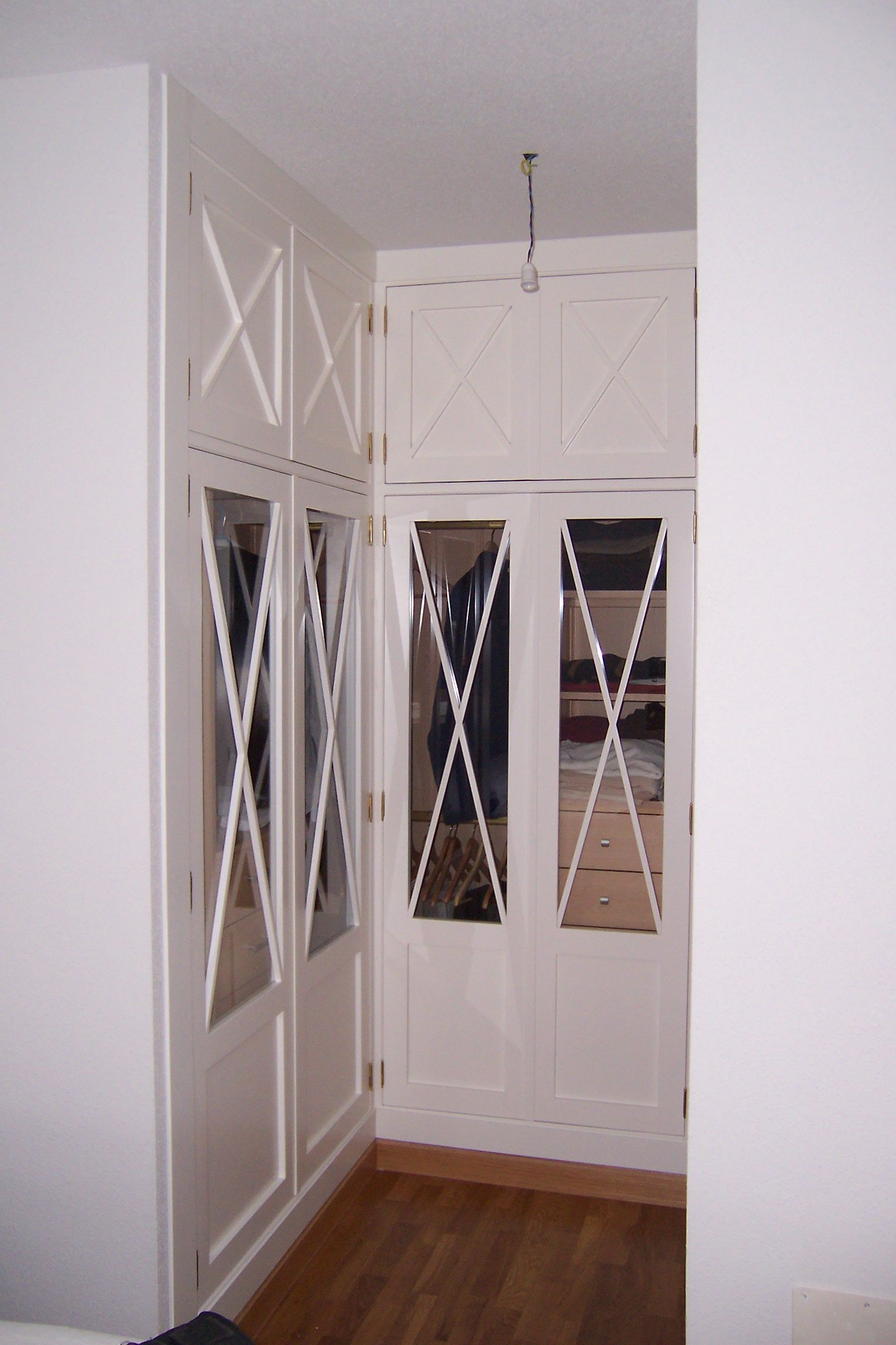 Armario en esquina con frente lacado en blanco y decoraci n con cruces interior en melamina de - Armarios de esquina a medida ...