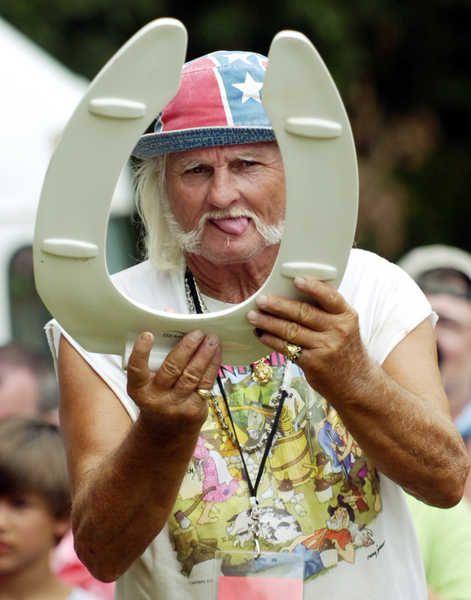 Playing redneck horseshoes... hell yes must do! @KaylaMuchorski.