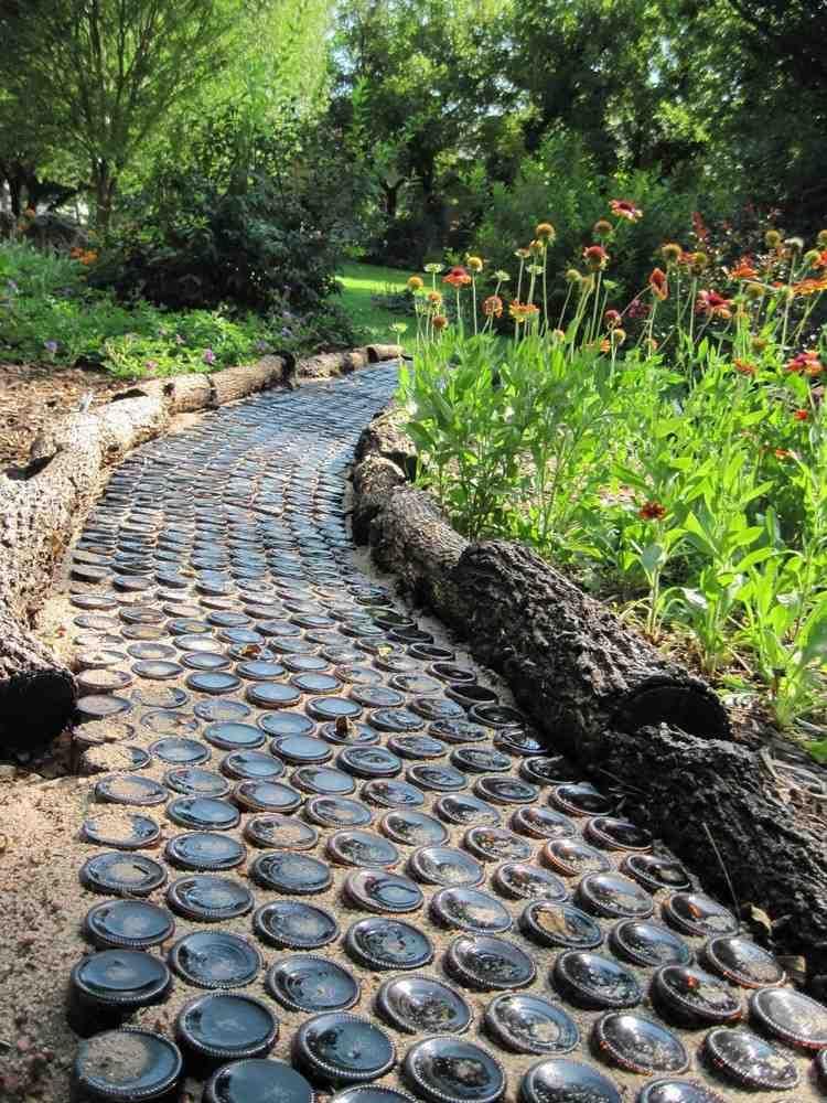 Allée De Jardin Artisanale En Bouteilles En Verre Transparent, Bordure En  Troncs Du0027arbre Et Fleurs Champêtres Grandes Images