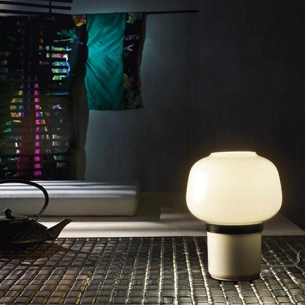 Une lampe design d'inspiration japonaise en verre soufflé avec un socle blanc, parfait pour une décoration moderne