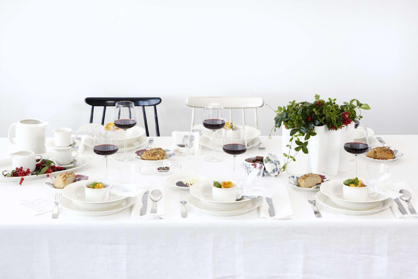 Sisustus - ruokailutila - valkoiset astiat korostavat tarjoilujen täyteläisiä sävyjä