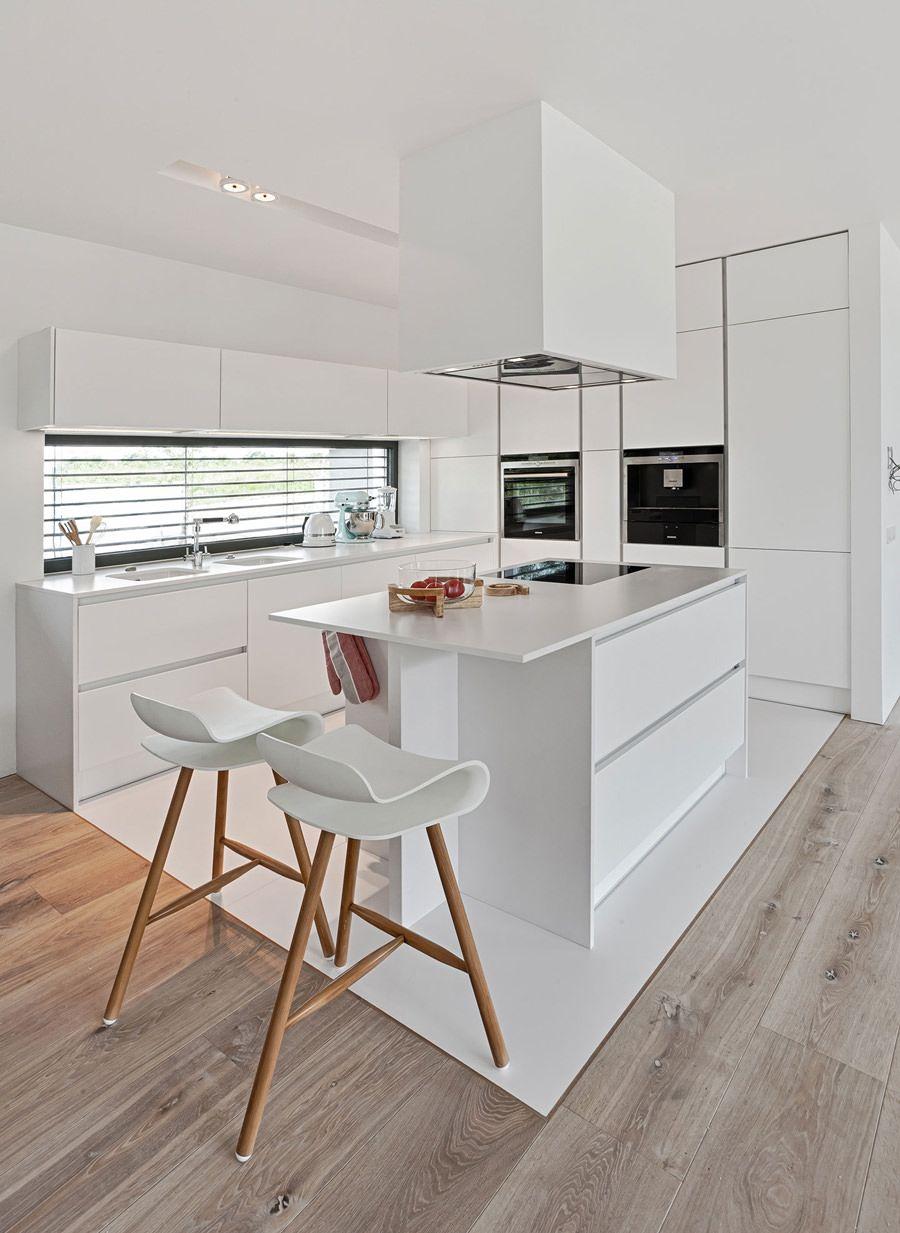 Bellissima cucina scandinava bianca con isola in un ambiente ...