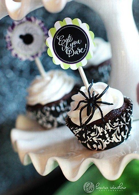 Spis en kage...hvis du tør! Print en kage-topper til din Halloweenkage og se, hvad gæsterne siger. #karenvolf #halloween #caketopper #kagepynt