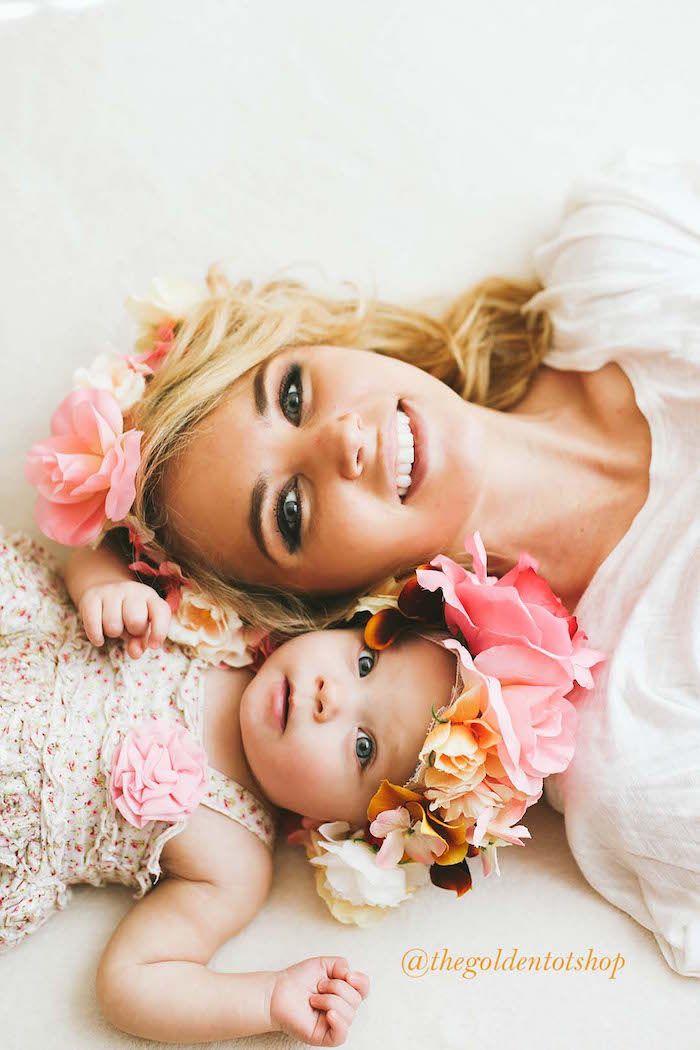 Mutter-Kind-Fotos mit Blumenkranz