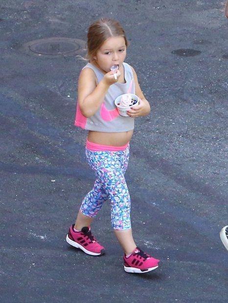 Modische Minis: Mit vier Jahren macht klein Harper einen auf Sporty Spice. Im kurzen Top von Nike schaut ihr Bäuchlein ganz süß hervor. Ihr Eis lässt sie sich auch in Sport-Klamotte schmecken.