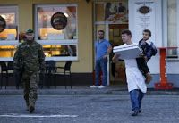 Slovenian waiter giving out pizza to hungry migrant children goes viral ....