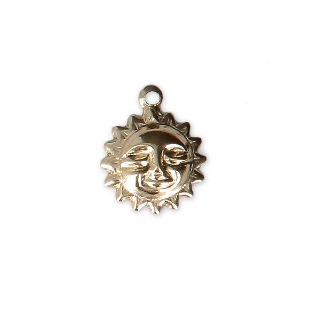 #Breloque #fine #estampée #Soleil 11x9 mm en #Gold #filled 14 #carats x1 - #Perles & Co Servez-vous de cet #apprêt pour réaliser des #bijoux #fantaisie #faits-main. Voici quelques #idées #créatives #faciles à faire #soi-même : 1. Une jolie #chaîne pour bijoux #dorée, et hop le tour est joué.  2. Faites un #bracelet avec un #noeud #coulissant #simple.